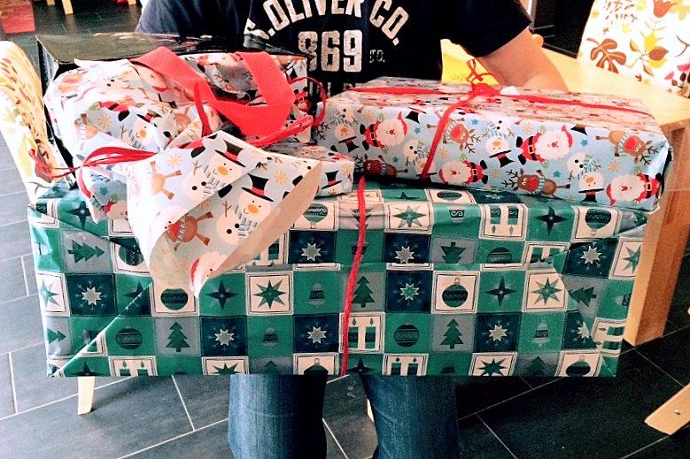 Geschenke und Lebensmittel für die Hammer Tafel.