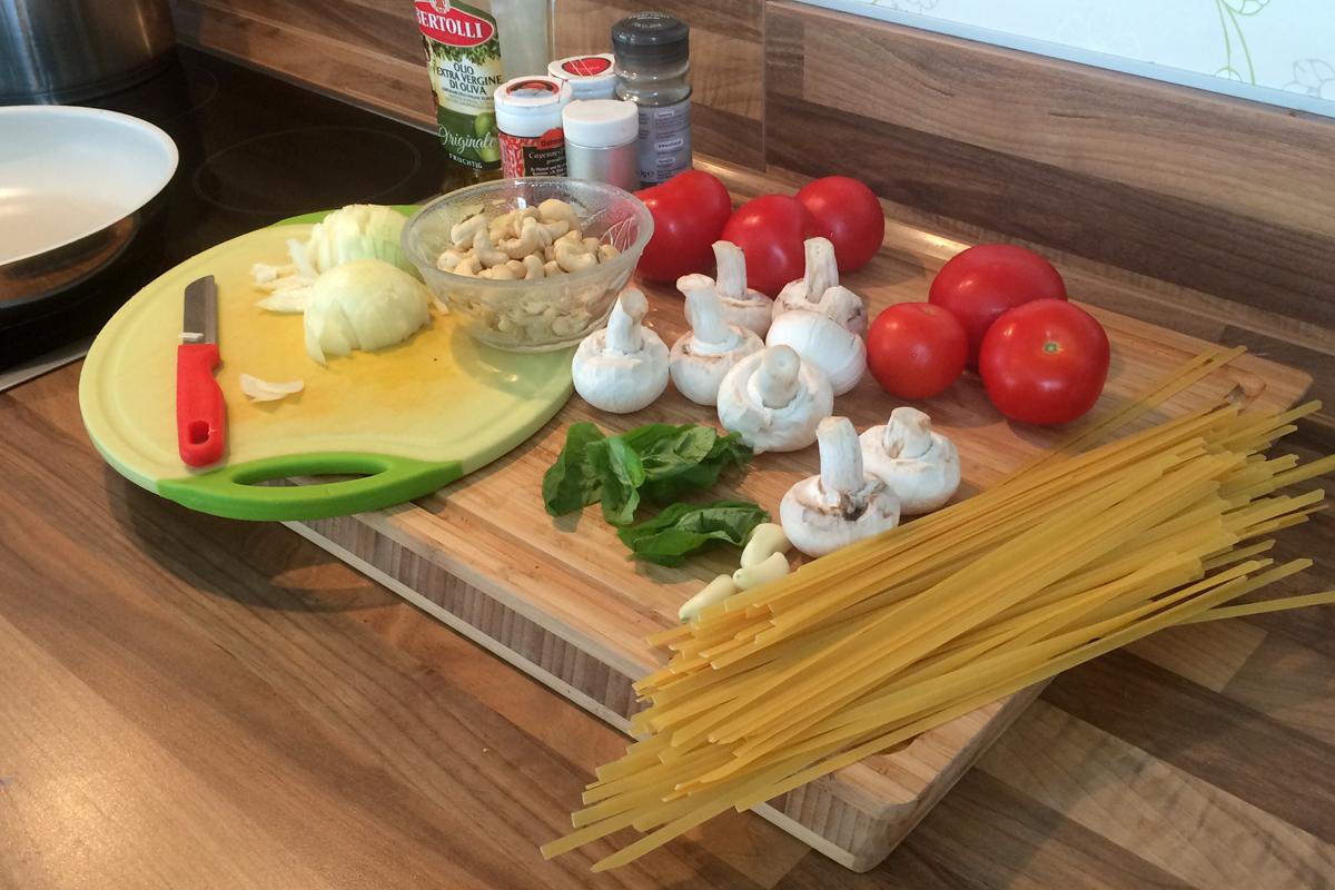 Alle Zutaten für Spaghetti mit Cashewcreme auf einen Blick.