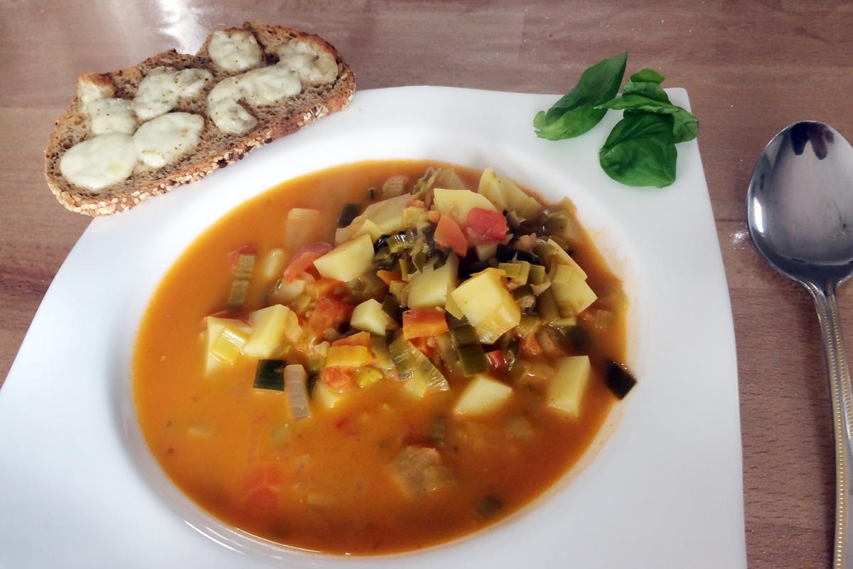 Rezept: Vegetarische Gemüsesuppe mit Mozzarellabrot