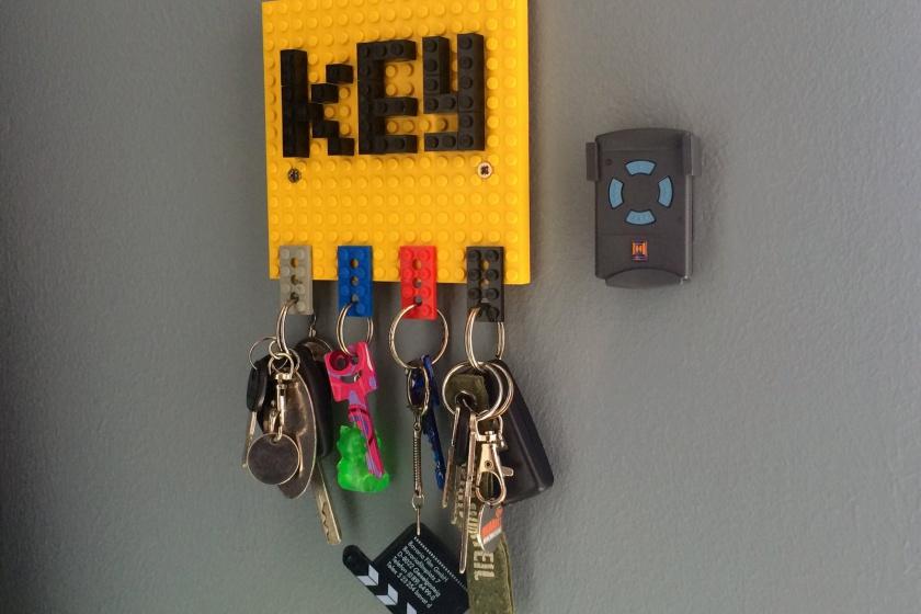 Ein DIY-Schlüsselbrett aus Lego-Steinen.