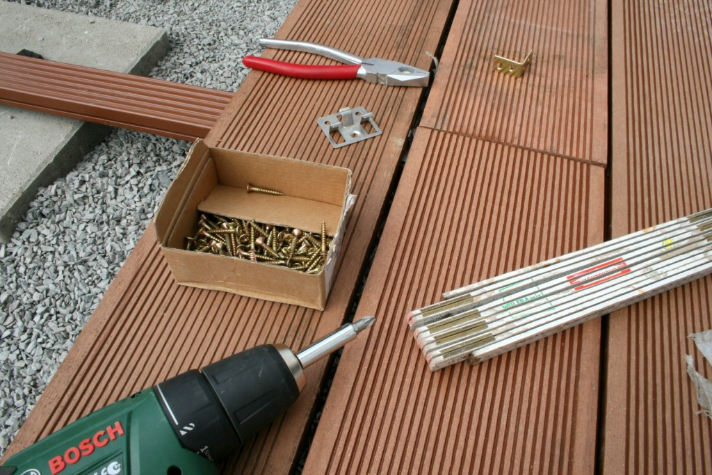 Wie man eine Terrasse aus WPC-Dielen verlegt.
