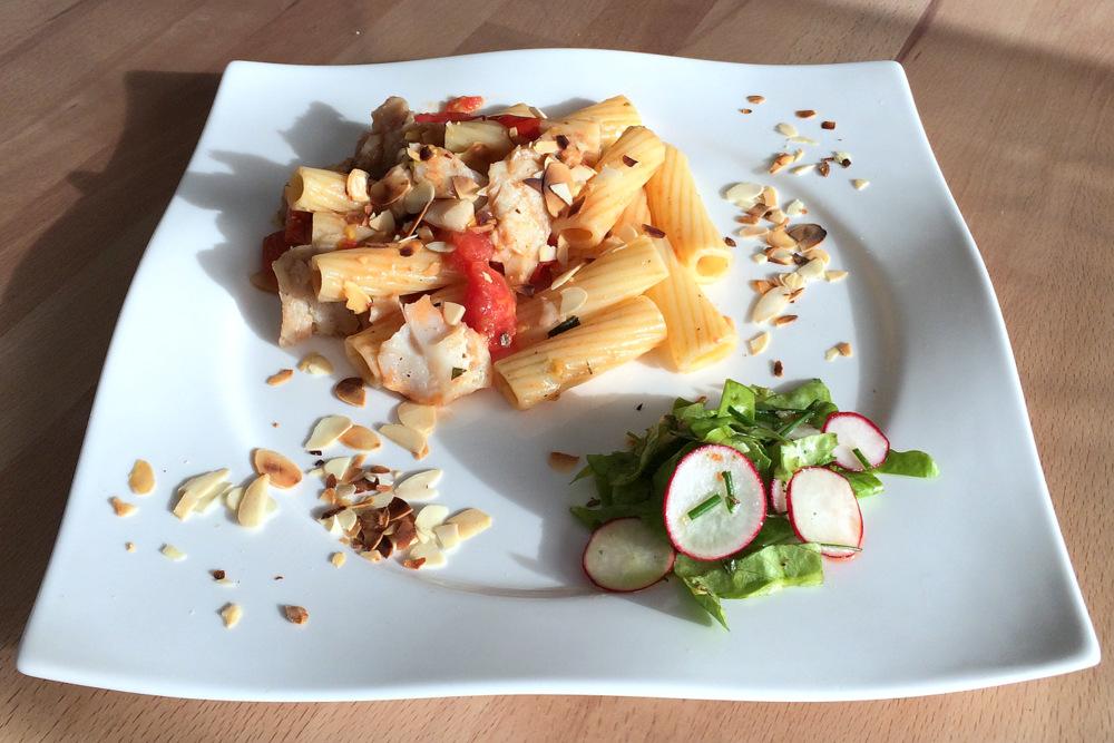 Zander, Tomaten, Pasta - und Salat aus dem eigenen Garten.