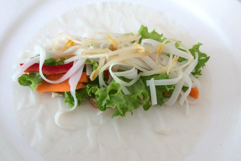 Zutaten nach Belieben mittig auf dem Reispapier verteilen.
