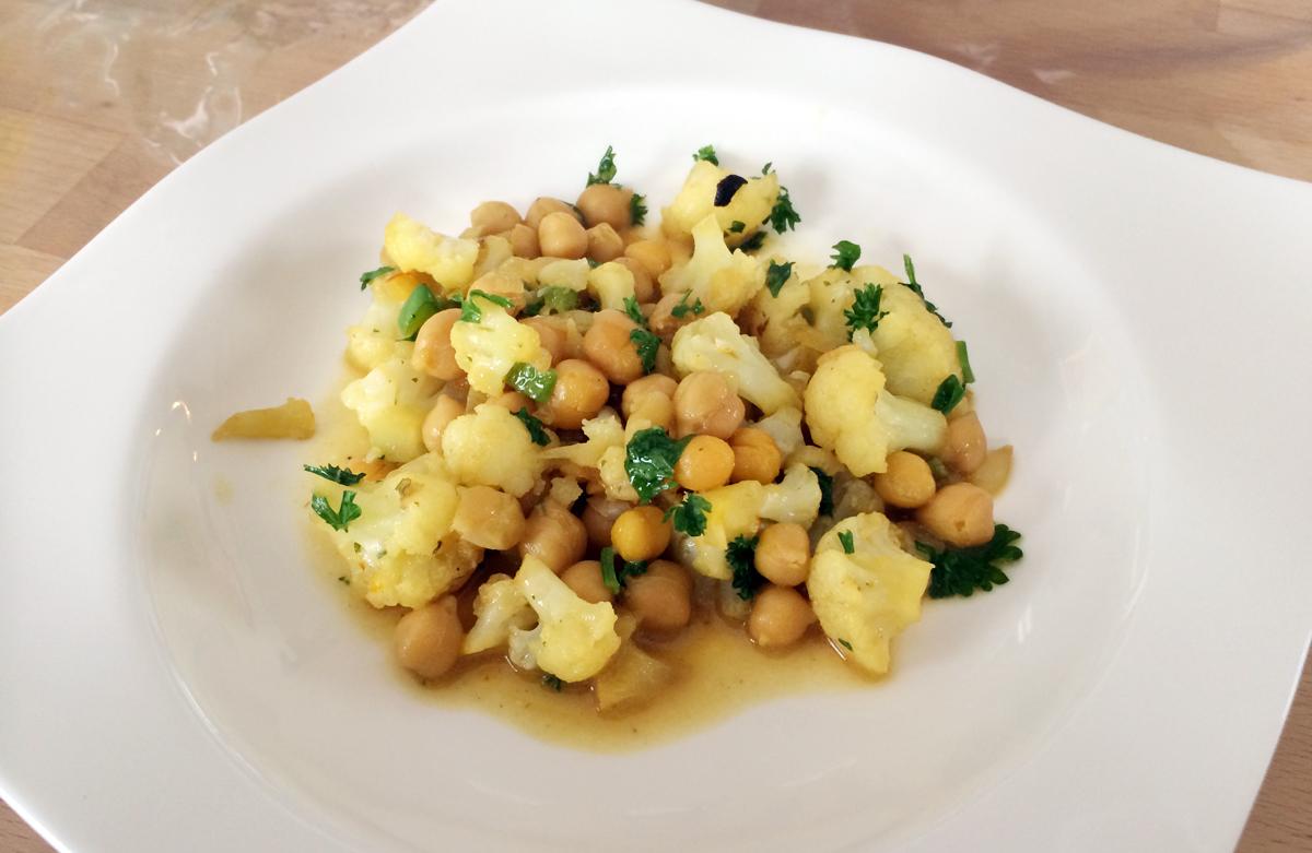 Vegetarische Pfanne mit Blumenkohl und Kichererbsen. Für die kräftige Farbe ist der Safran zuständig!