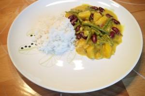 Veganes Curry mit Gemüse - und Obst.